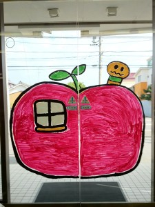 リンゴの家とイモムシ